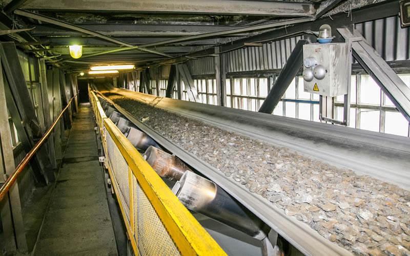 Belt conveyor tambang pada penambangan bijih besi